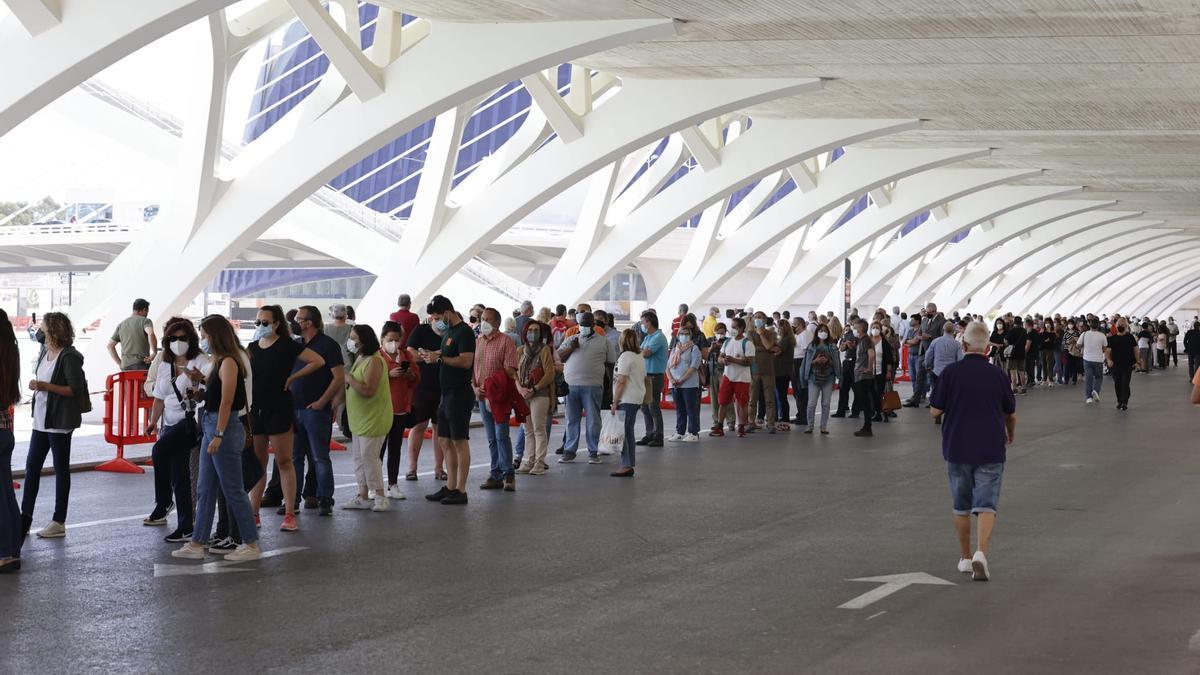 Colas para vacunarse contra el coronavirus en València
