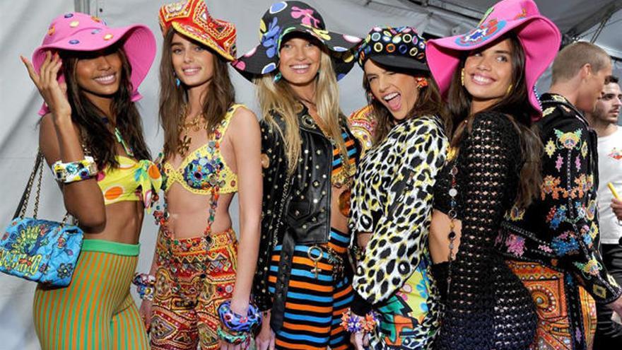Moschino se une a la tendencia hippy en su colección crucero