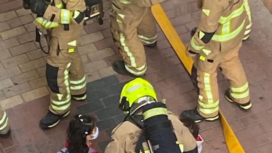 Una familia, cuatro de ellos menores, evacuada en un incendio en un edificio okupado de El Gancho