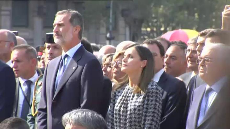 Barcelona recuerda a las víctimas del 17-A  en un homenaje sencillo y emotivo