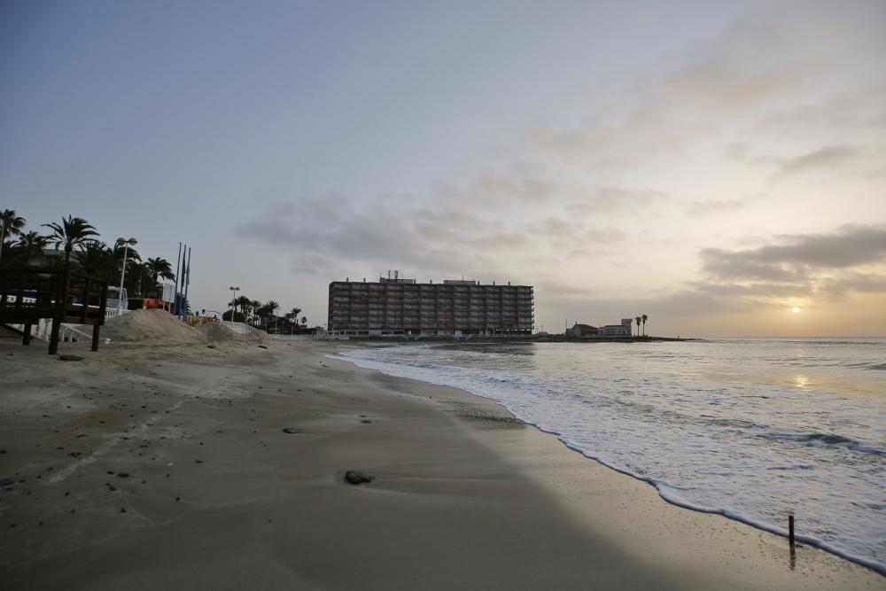 Playa de Los Locos, en Torrevieja, con bandera azul.