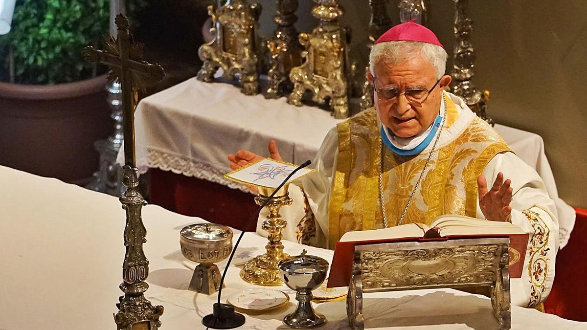 El obispo de la Diócesis de Orihuela-Alicante, Jesús Murgui, oficia una misa.  | IVÁN VAZ