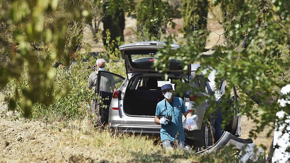 Agents de la Divisió d'Investigació Criminal ahir inspeccionant el cotxe | MIREIA ARSO