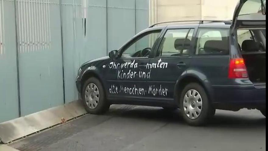 Detenido un hombre tras empotrar su coche contra la valla de la oficina de Merkel