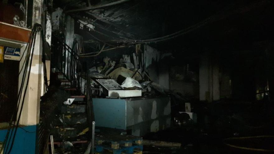 Los bomberos extinguen un incendio en una nave industrial del polígono El Viso