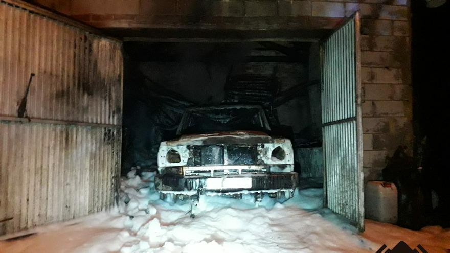 Un incendio en una cochera calcina un vehículo en Mieres