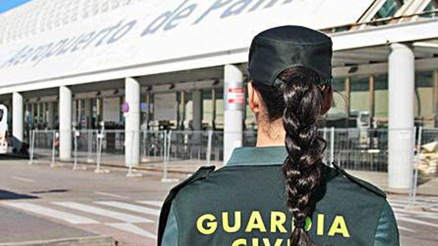 Detenido en el aeropuerto de Palma por intentar pegar a un guardia en el control covid
