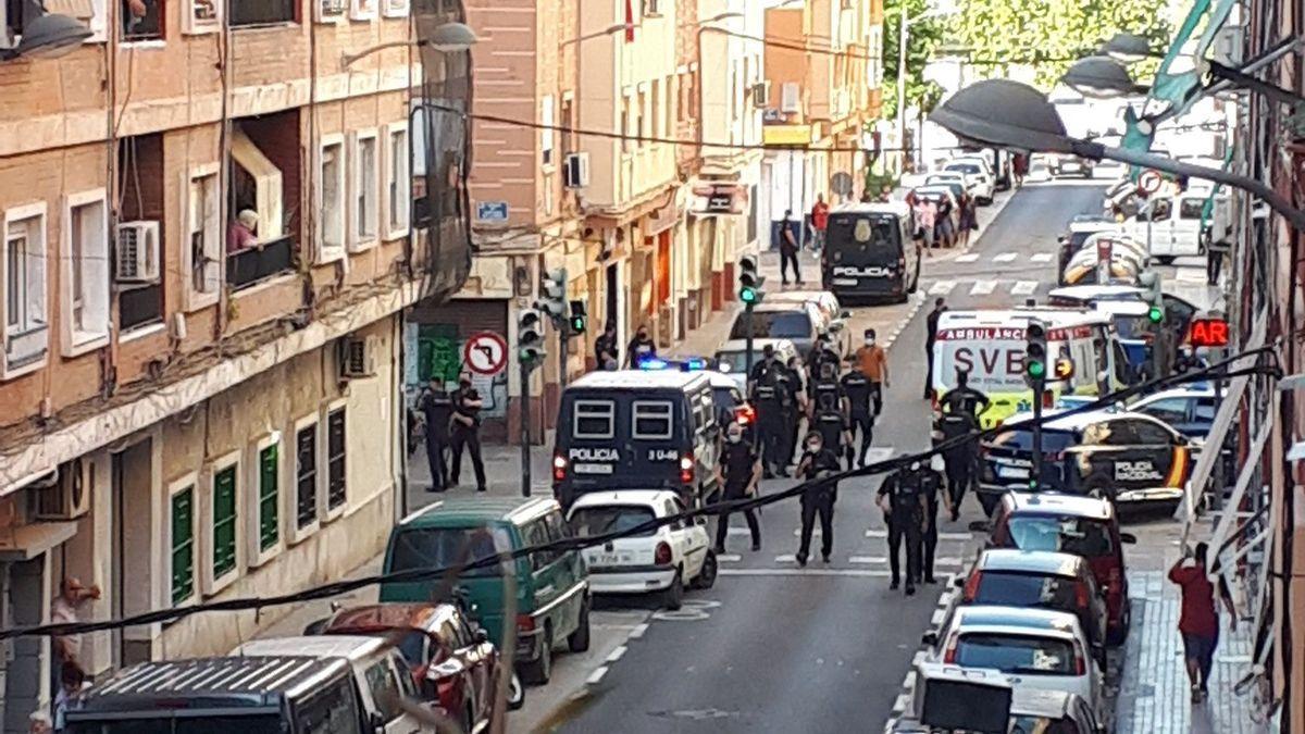 Policía Nacional y ambulancias en la pelea multitudinaria en Orriols.