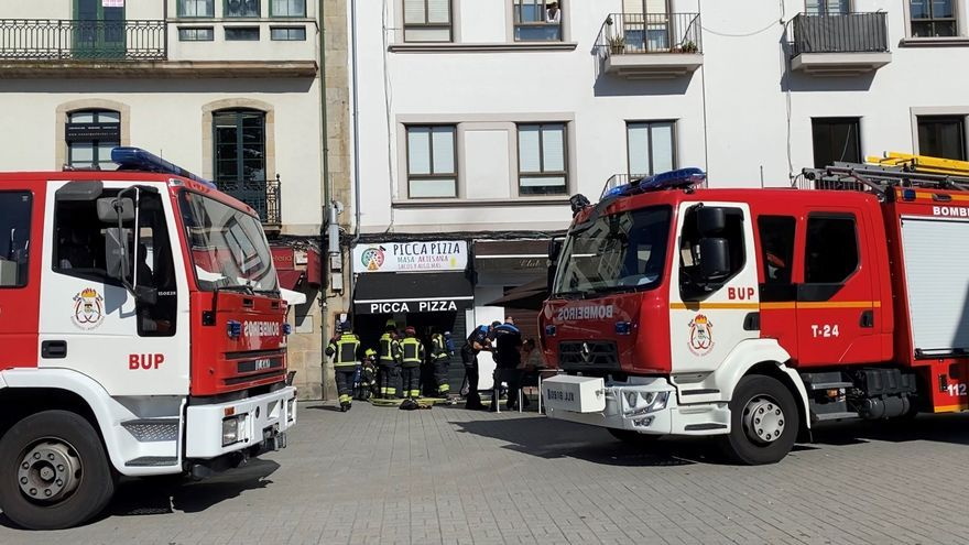 Los bomberos sofocan un incendio en un céntrico local de pizzas