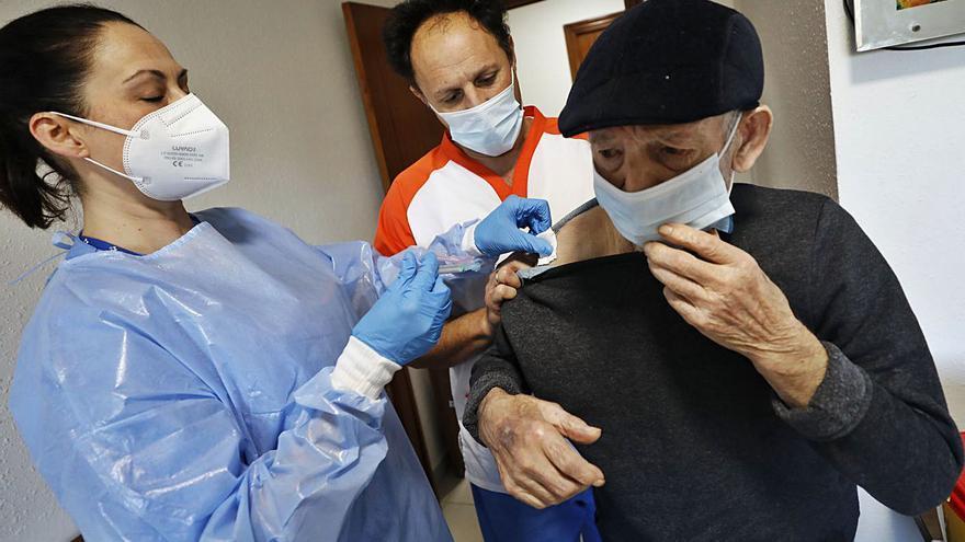 Primeros indicios de que la dosis inicial de vacuna ya está protegiendo a los mayores