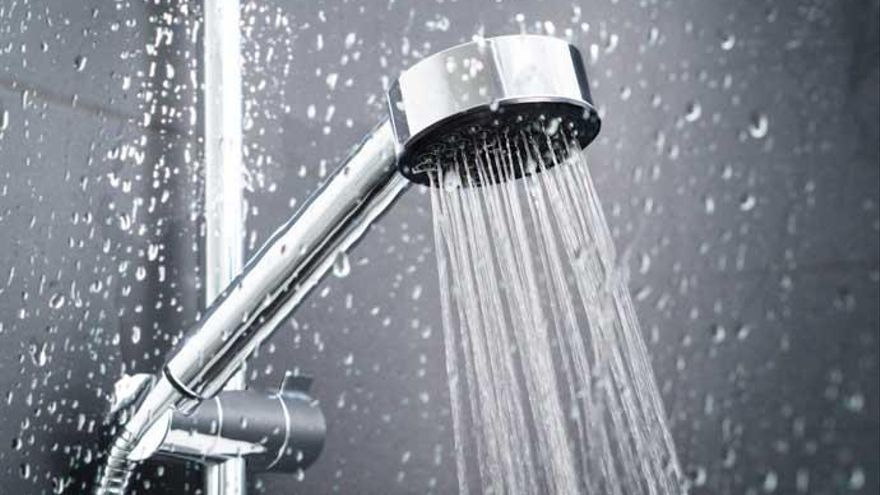 El producto infalible para que la alcachofa de la ducha te quede como nueva: un truco infalible y repetido