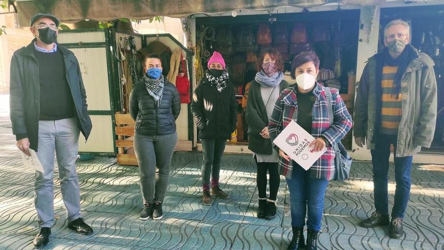 IU y Podemos piden evitar la desaparición de los puestos de 'los hippies'