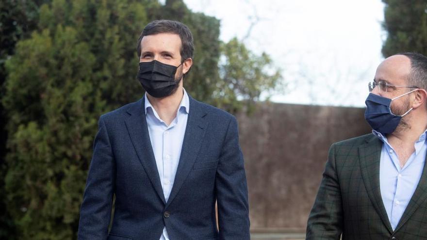 Casado denuncia que Sánchez e Illa estén de campaña sin poner medidas contra la COVID-19