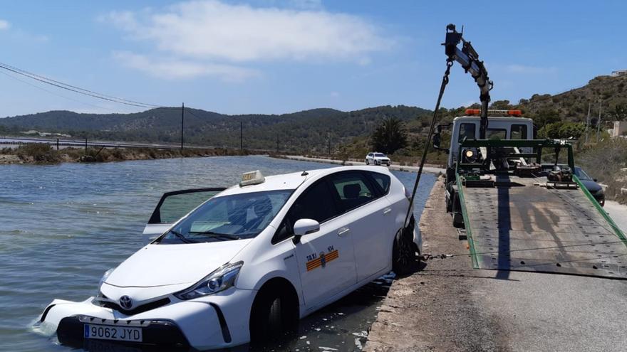 Un taxi cae a uno de los estanques de ses Salines