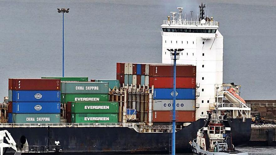 El atasco de El Musel por la huelga en Bilbao retrasa buena parte de la exportación regional