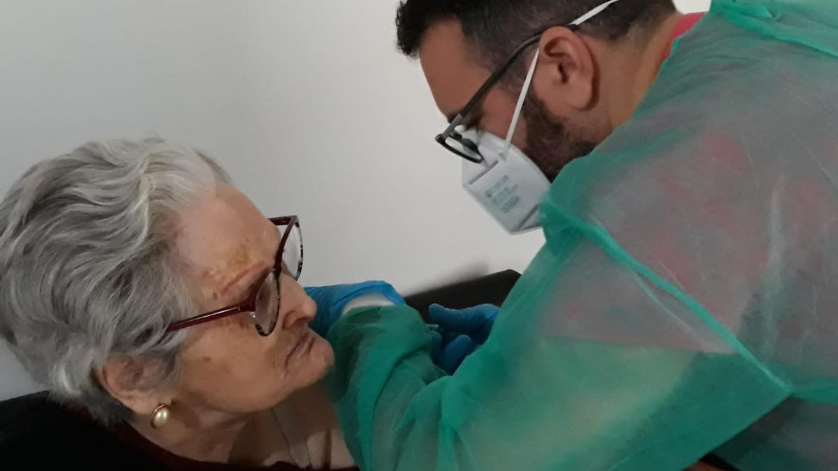 Una de las residentes recibe la segunda dosis de la vacuna