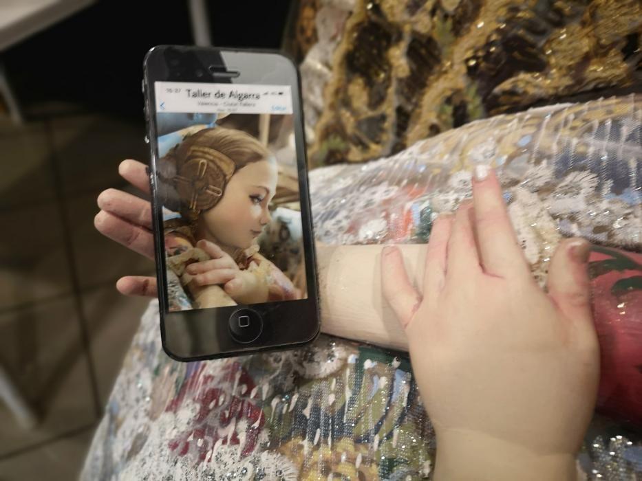"""El detalle del """"selfi"""" que se ve en el teléfono de la niña"""