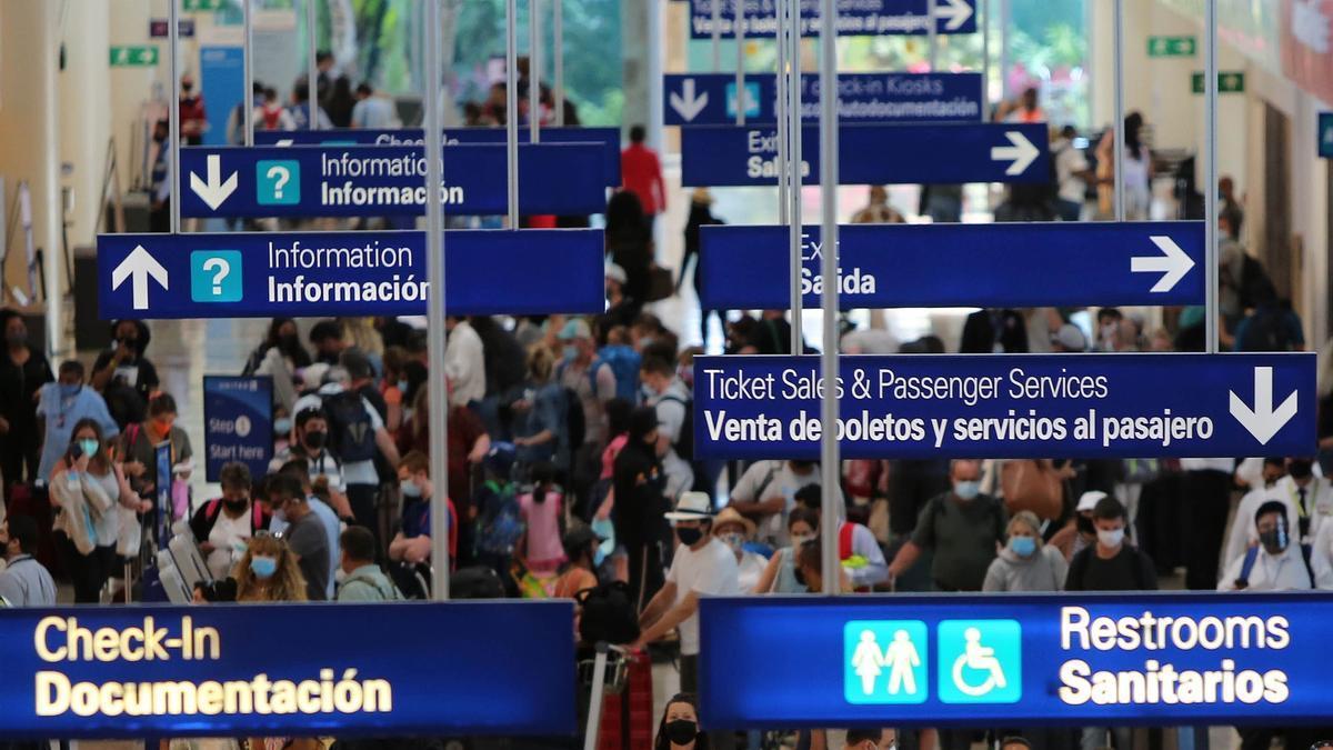 Turistas esperando su vuelo en el aeropuerto