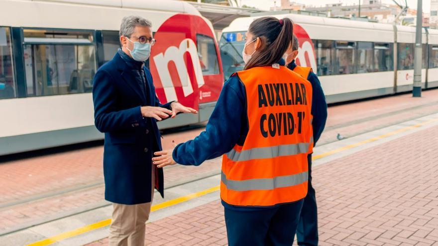 El Consell despliega auxiliares Covid en el TRAM para velar por que se cumplan las medidas preventivas