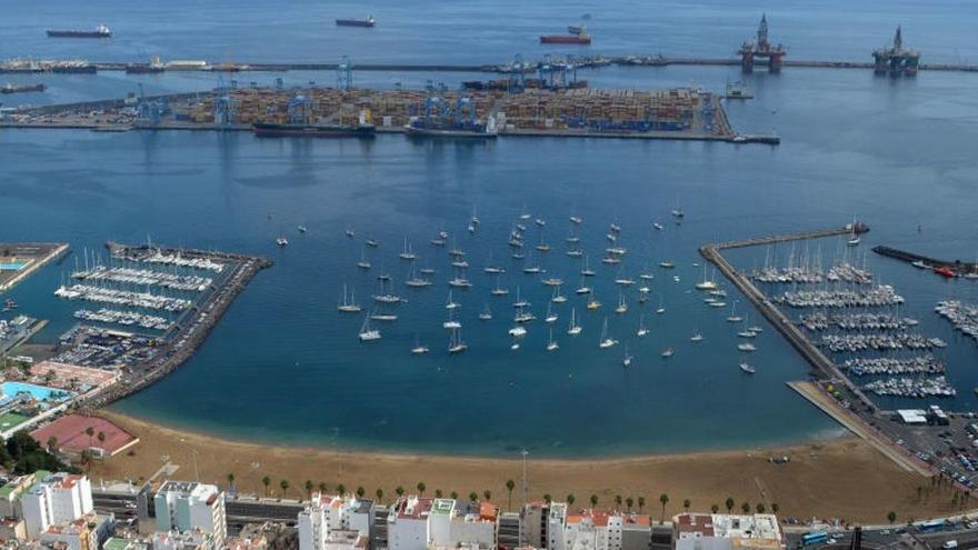 Detectan una mancha de gasoil de más de dos kilómetros en el Puerto de La Luz