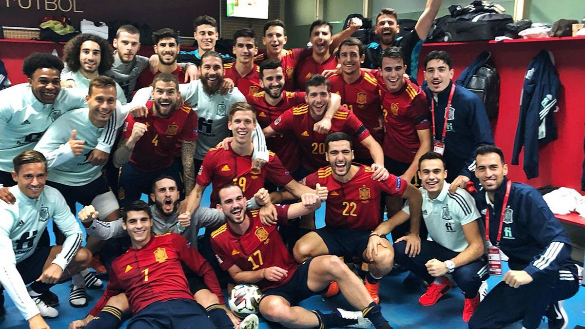 Gayà, junto a Ramos, celebra el histórico triunfo sobre Alemania.  rfef