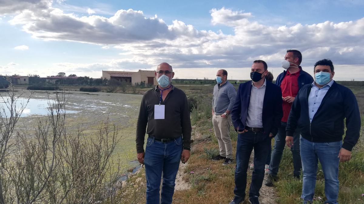 Francisco Requejo y el alcalde de la localidad, José Ángel Ruiz, en la ruta guiada por las lagunas de Villafáfila junto a los responsables del centro interpretativo