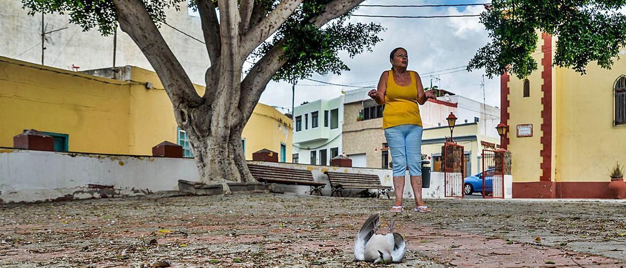 Carmen Santana, vecina de La Higuera Canaria, incrédula por el estado de la plaza.     JOSE CARLOS GUERRA