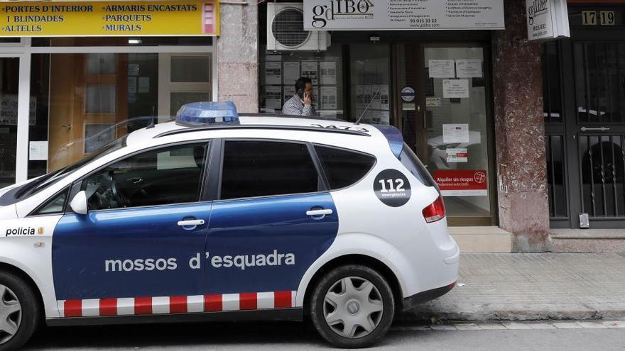 Lanzan cócteles molotov contra una comisaría de policía de Barcelona