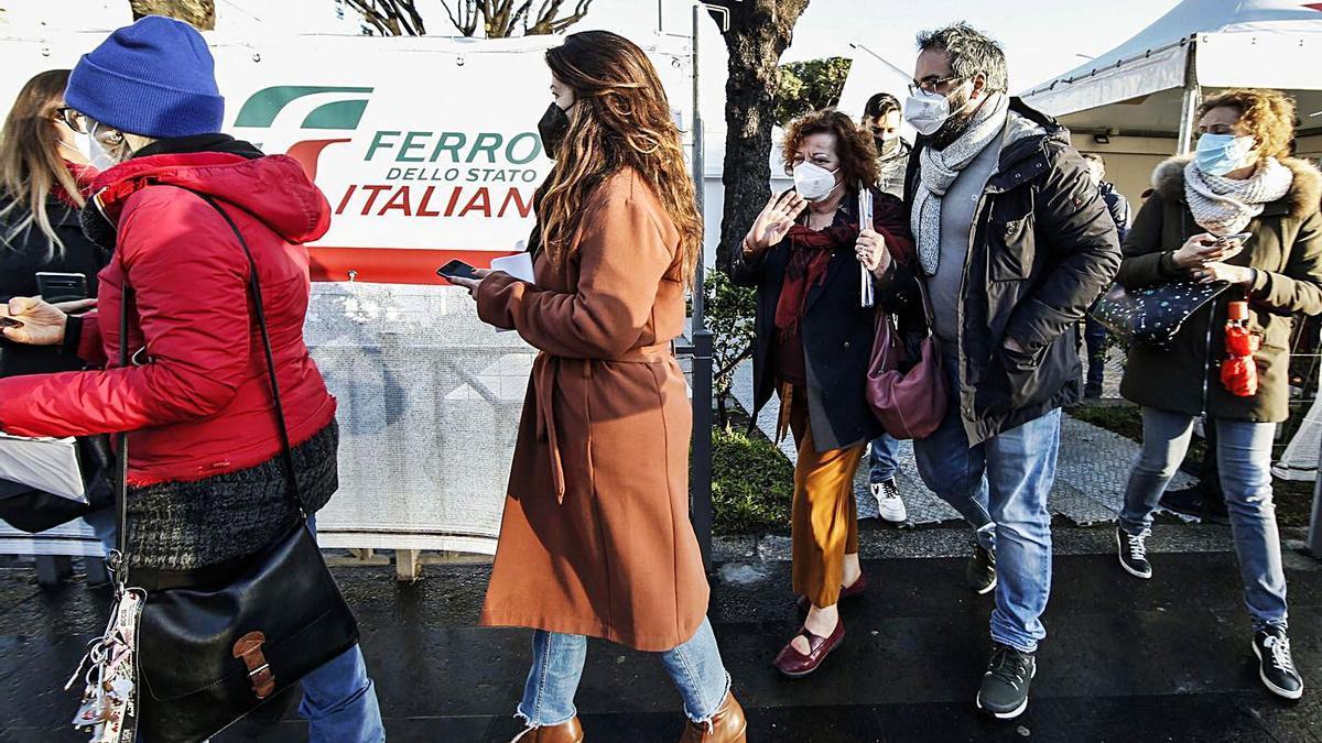Personas hacen cola para vacunarse con AstraZeneca en Italia antes de confirmarse su suspensión. | FABIO FRUSTACI/EFE-EPA