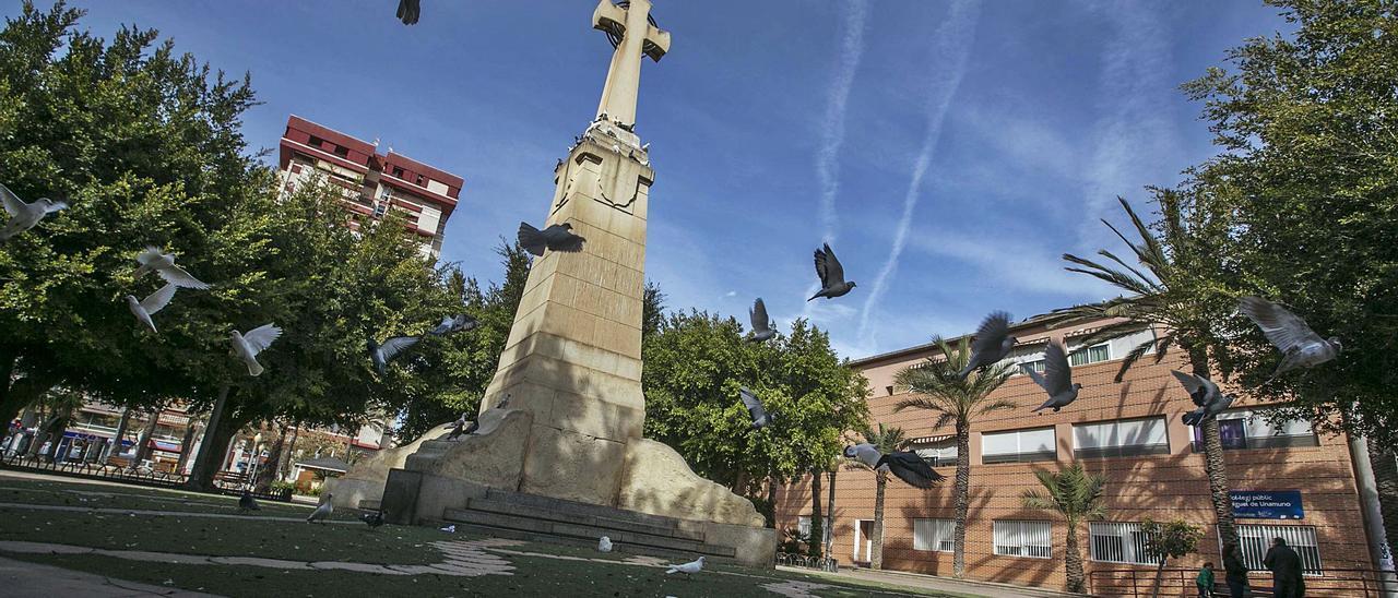 La Cruz de los Caídos, asentada en mitad del Paseo de Germanías desde los años 40 en una de las plazas con más historia de Elche. | ANTONIO AMORÓS