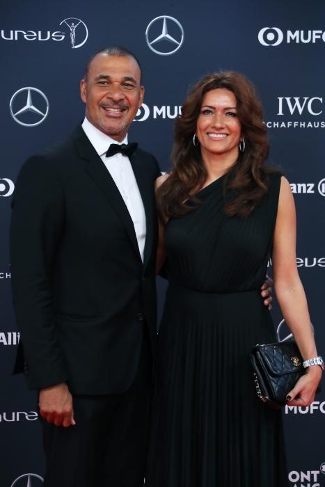 El exjugador de fútbol holandés Ruud Gullit posa con su pareja.