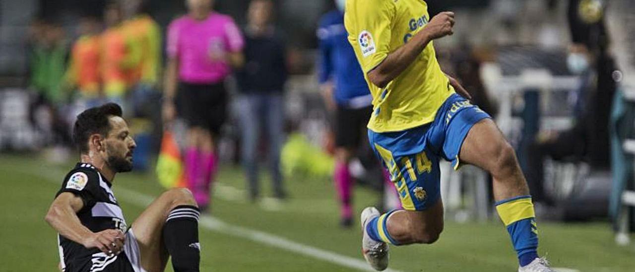 Álvaro Lemos, que lleva dos goles y dos rojas, supera a De la Bella, ex de la UD, el pasado sábado, en el Cartagonova.
