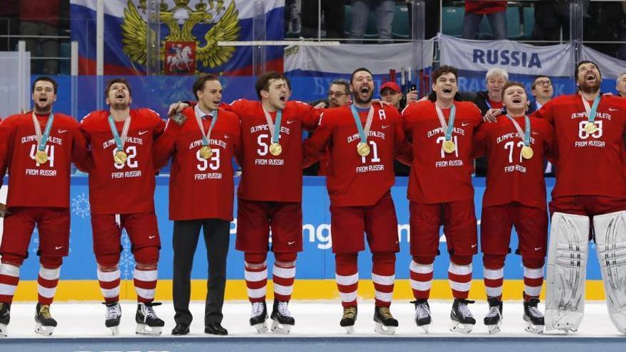 El equipo ruso de hockey desafía la prohibición del COI y entona su himno