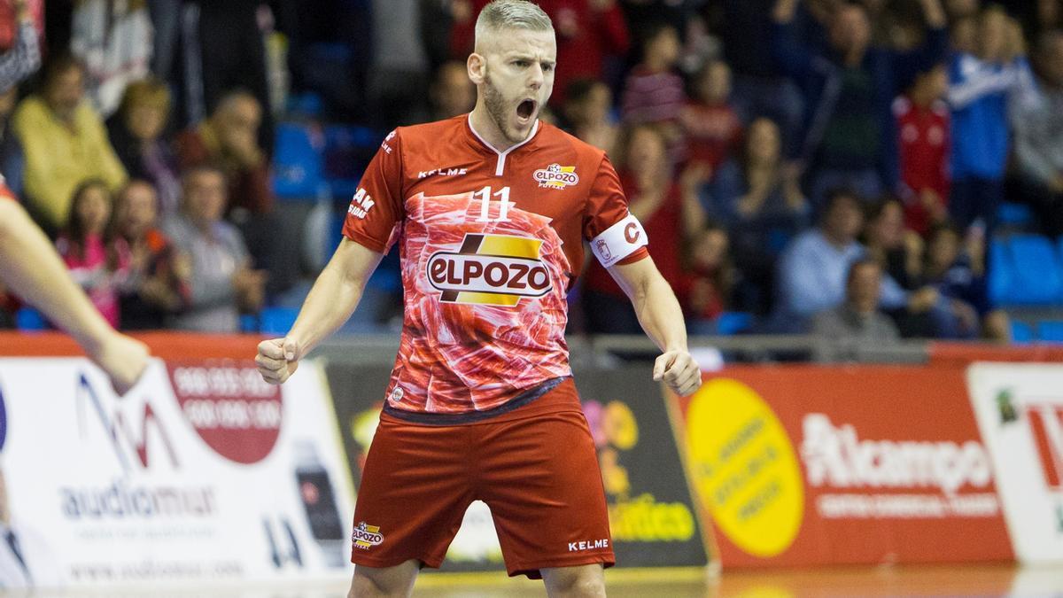 Miguelín celebra un gol con ElPozo Murcia.