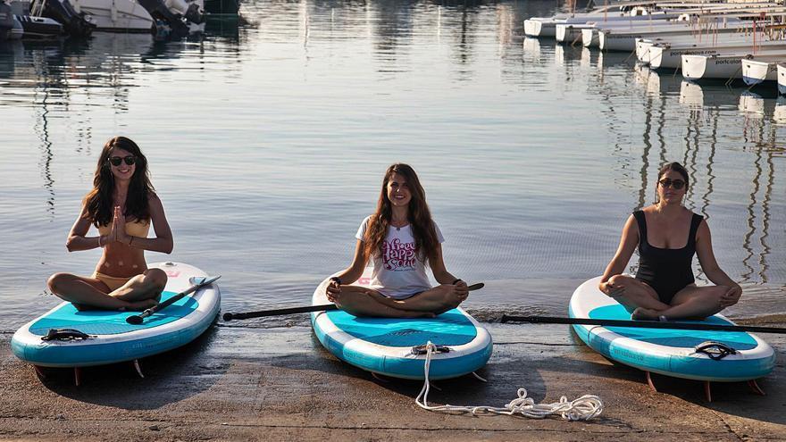 Lo último en yoga: hacerlo sobre una tabla de surf