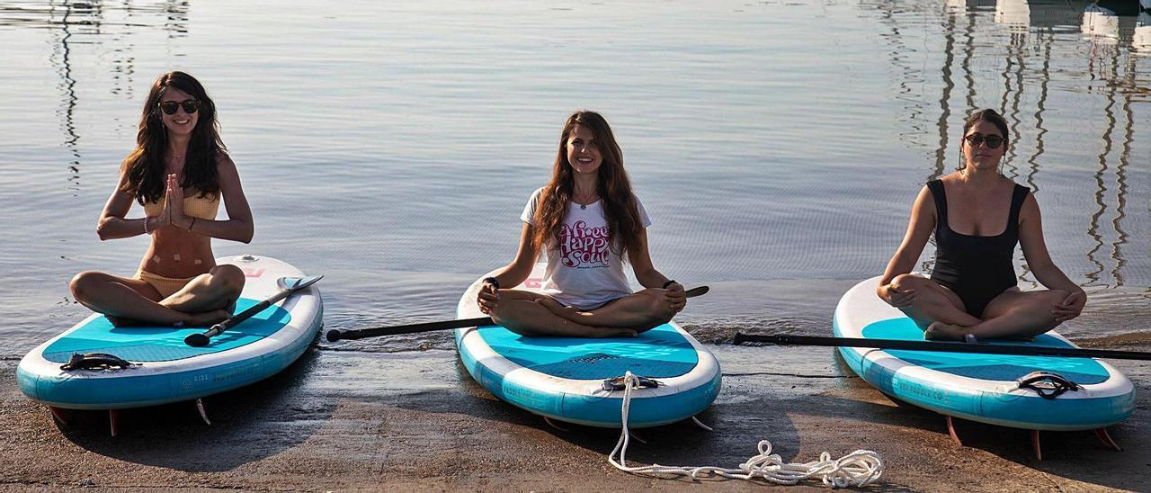 Dos alumnas y la instructora (centro), en el inicio de una sesión de Sup Yoga, ayer, en el puerto de Calanova.