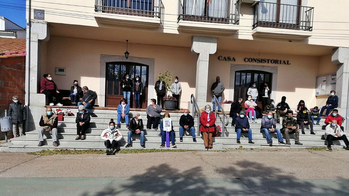 Vecinos de Moral de Sayago en la movilización del pasado sábado para exigir la apertura de los consultorios rurales. | Cedida