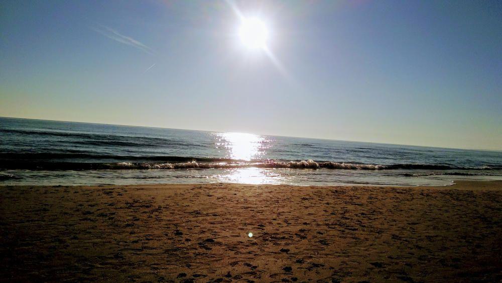 Segur de Calafell. La mar en calma, el sol brillant en el seu moment àlgid i la sorra amb el seu color terrós creen una bonica estampa d'un dia d'hivern.