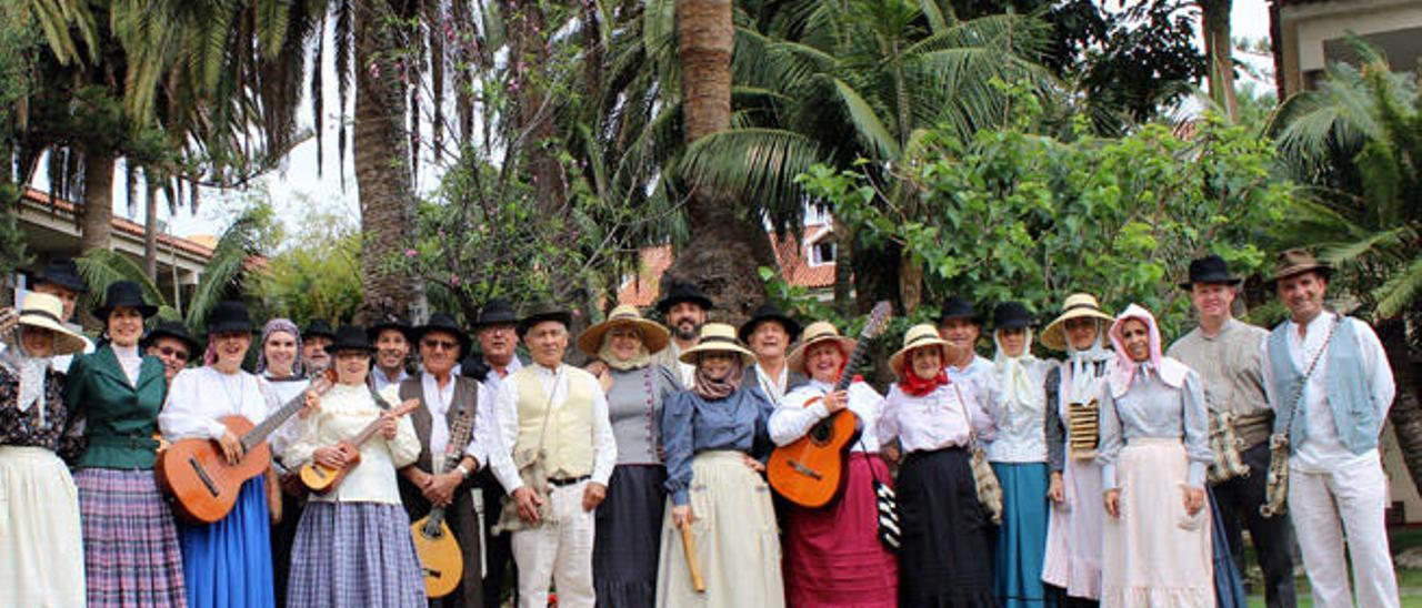Imagen de los componentes de la Agrupación Folclórica Maxorata, pregoneros de las fiestas de Puerto del Rosario.