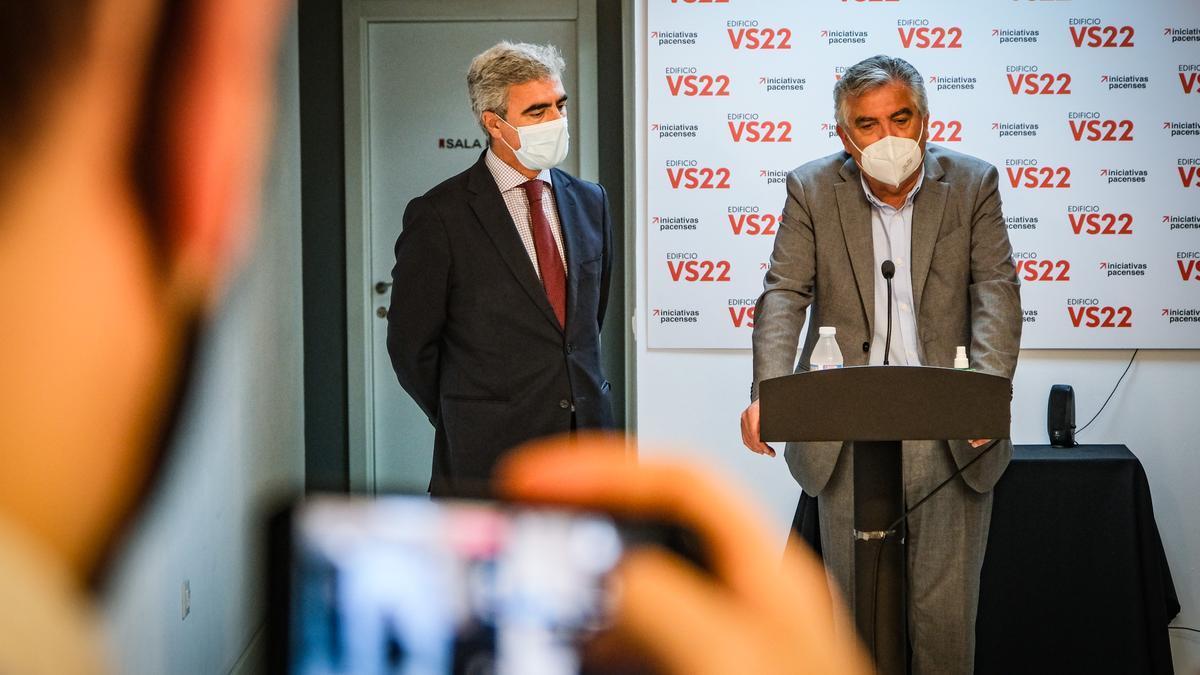 Emilio Jiménez, director de Fundación CB, y José Luis López, director de zona de Ibercaja, ayer en la presentación.