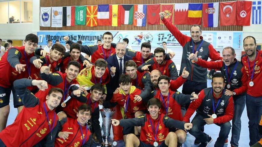 César Montes triunfa con España en Atenas
