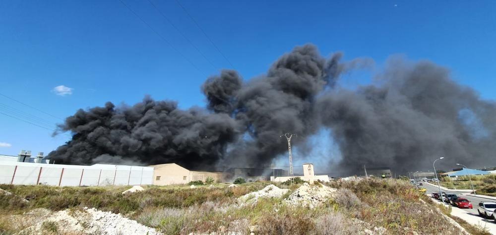 Un espectacular incendio una nave provoca una intensa columna de humo