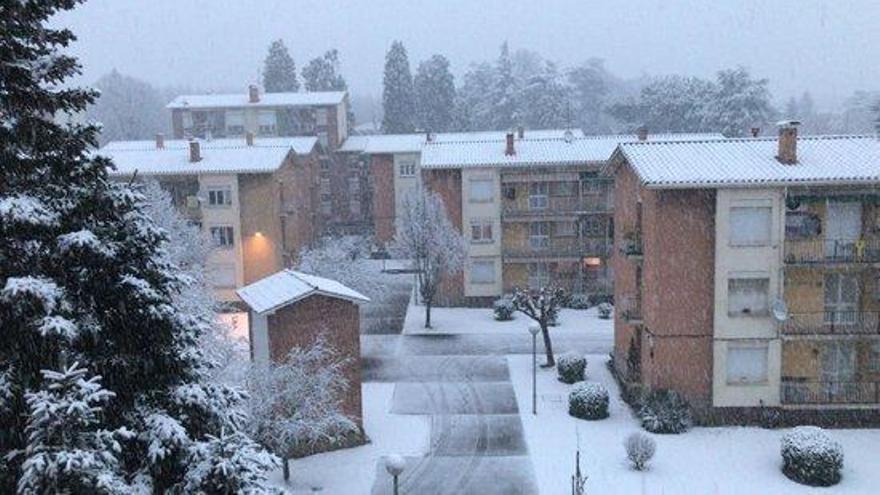 La neu torna a cobrir part de Girona a l'espera d'una imminent nevada general