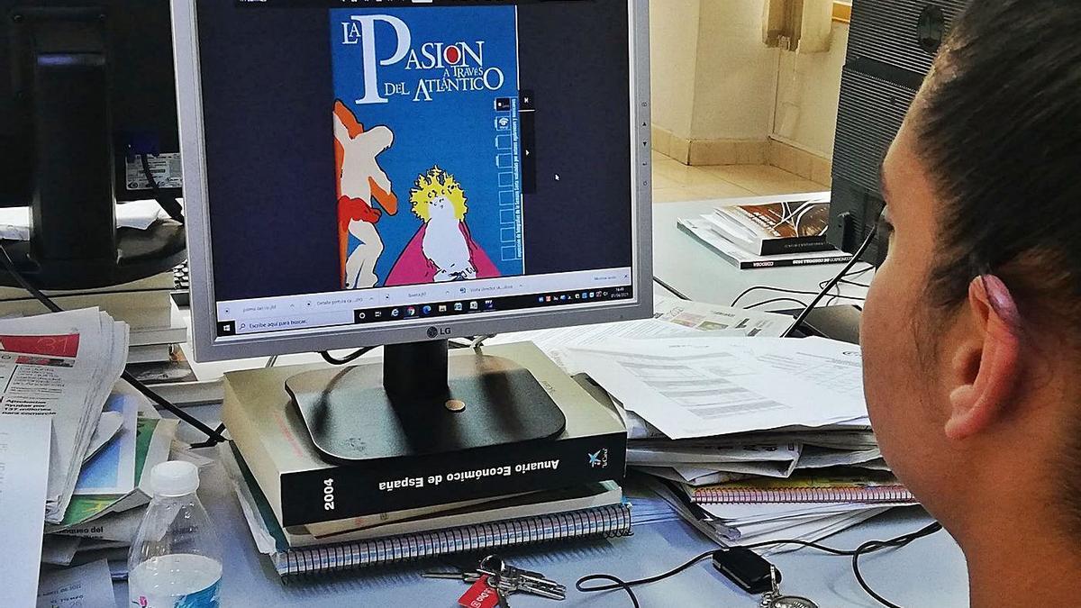 Una internauta visita la página donde se recoge el libro.