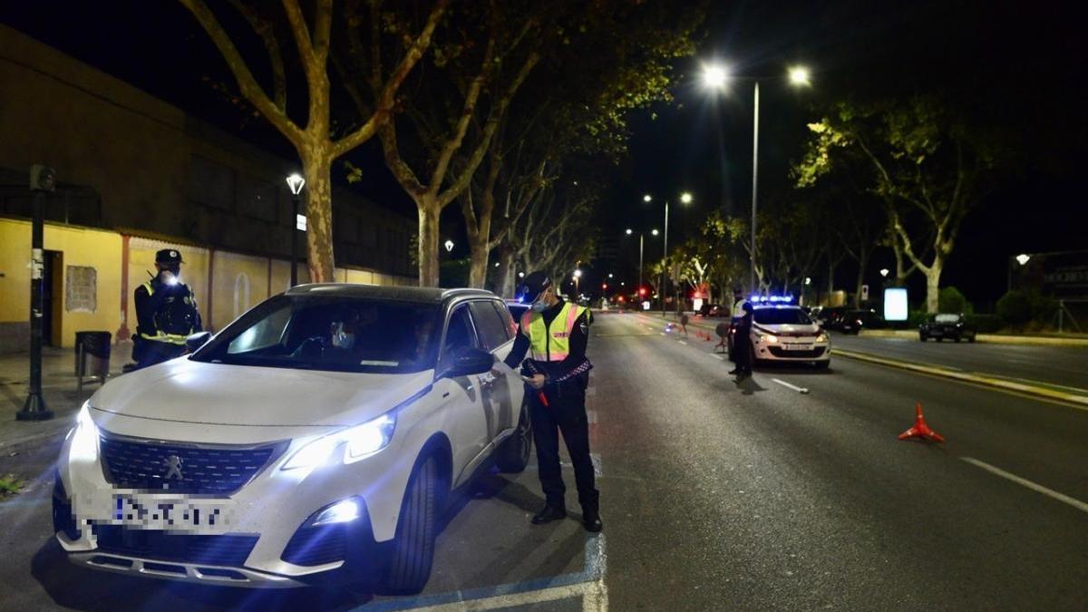 Control de la Policía Local de Cartagena en la calle Alfonso XIII, anoche.