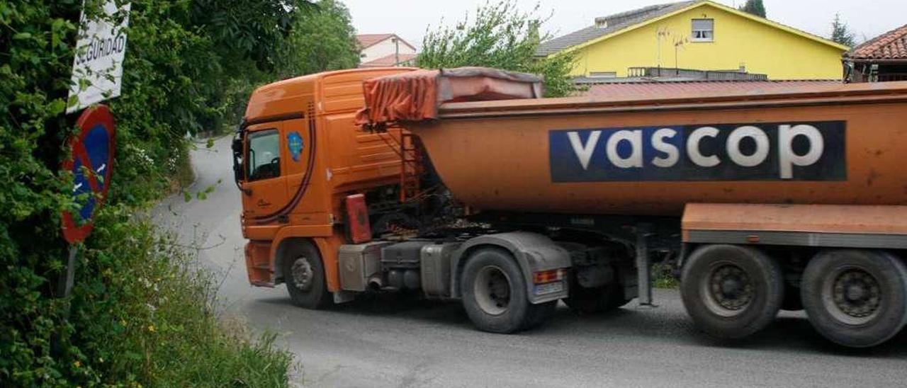 Un camión toma una curva a su paso por Cayés.