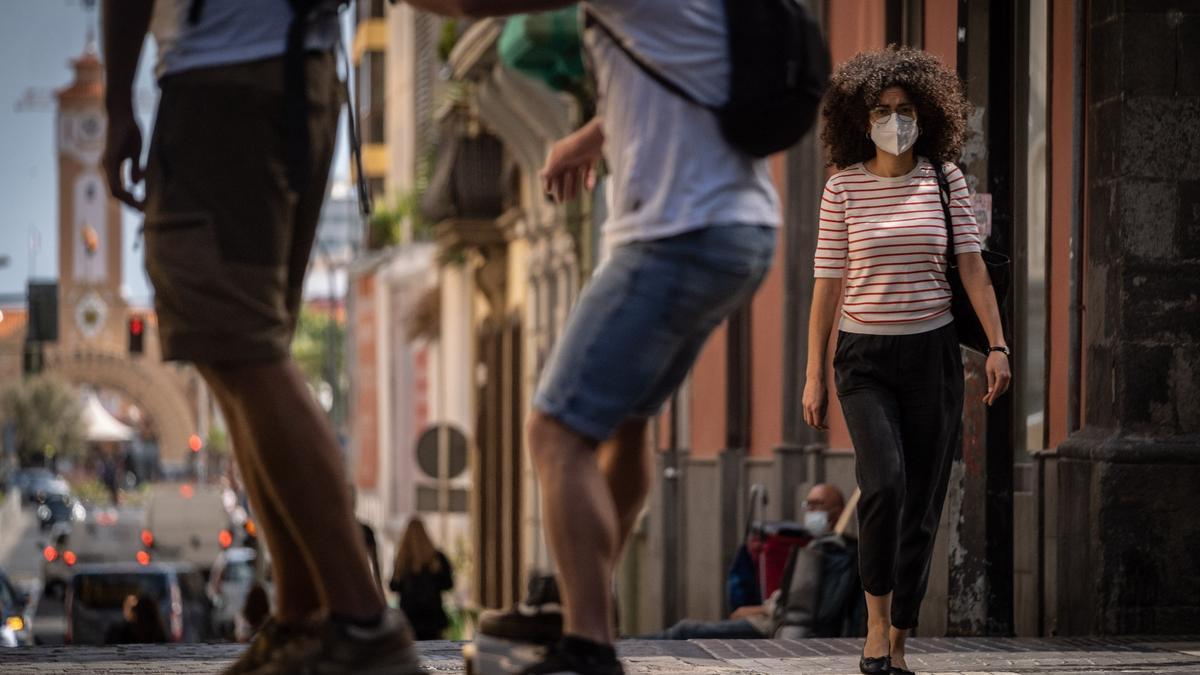 Varias personas con mascarilla caminan por Santa Cruz de Tenerife.