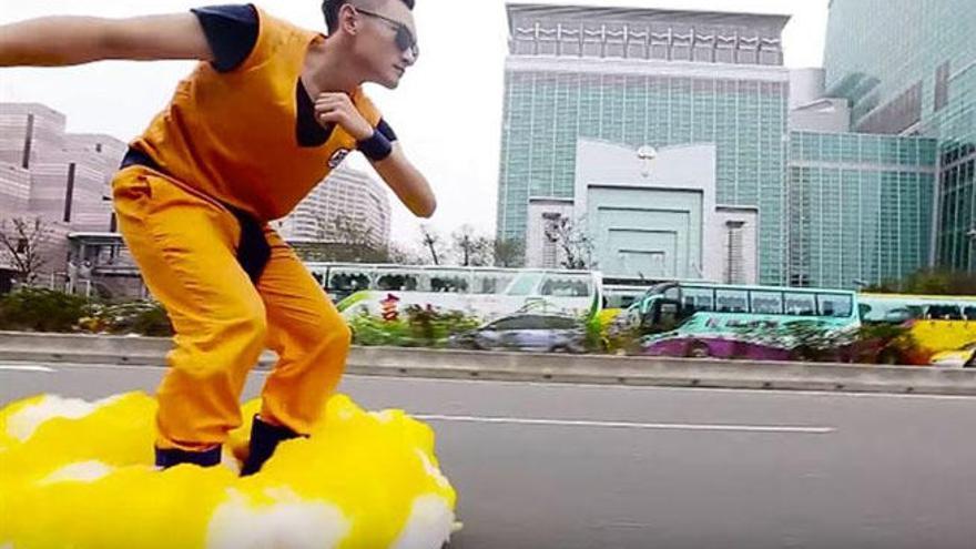 Un fan de 'Dragon Ball' convierte su hoverboard en una nube Kinto