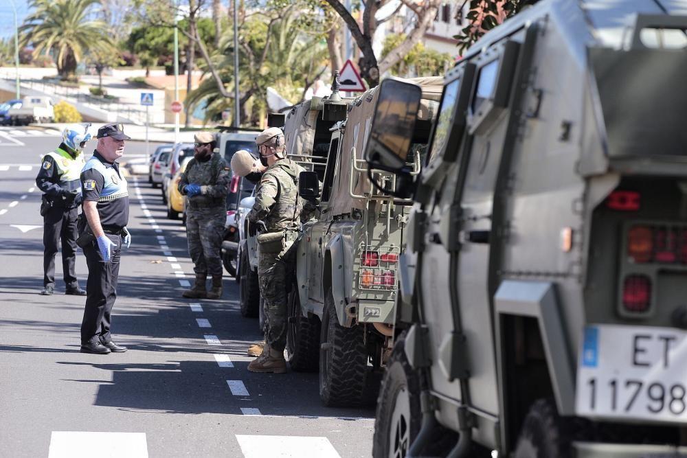 Controles de policía Local y ejército de tierra en el Puerto de la Cruz por la zona de La Vera. Coronavirus . 30/03/20  | 30/03/2020 | Fotógrafo: María Pisaca Gámez