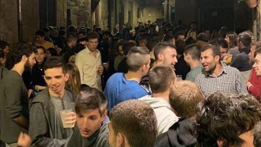 La polèmica imatge de desenes de joves de festa en un municipi català